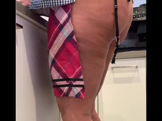Thick MILF washes dishes then pleases herself