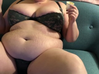 CHUBBY BUSTY BBW TEEN STUFFS PIZZA INTO DIGESTING BELLY