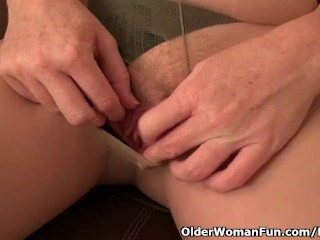 American milf Tracy works her nyloned pussy