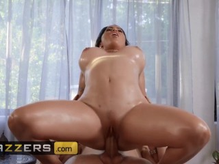 Brazzers - Curvy milf Julianna Vega gets rubbed by younger man