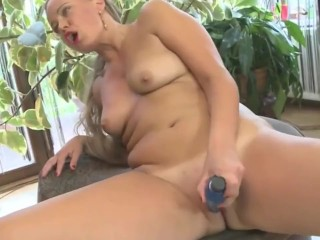 khalifa mature mother is feeding her hungry pussy korean