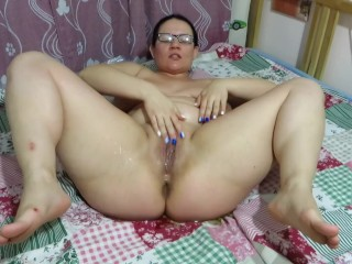Mature mum urinating fountain lying on the bed